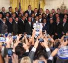 """REDACCIÓN DELAZONAORIENTAL.NET WASHINGTON — En uno de los salones principales de la Casa Blanca, el grito de """"Vamos Reales"""" se escuchó mientras los jugadores, coaches y directivos subieron al podio […]"""