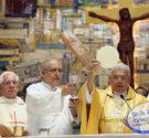 REDACCIÓN DELAZONAORIENTAL.NET La primera dama Cándida Montilla de Medina asistió a la primera misa oficiada en la iglesia San Francisco de Asís. Acompañó a los residentes de La Nueva Barquita, […]